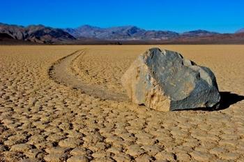 batu berjalan sendiri