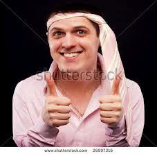 pria berpakaian pink